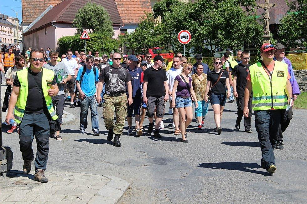 Desítky radikálů a rozhorlených obyvatel města na straně jedné, desítky agresí nabitých Romů na straně druhé. Výbušná směsice, která v sobotu hrozila v Budišově nad Budišovkou explozí násilí.
