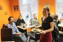 Centrum Anima Opava poskytuje sociální rehabilitaci a díky partnerům je schopno zajistit práci mnohým lidem. Hodnocení dosavadního působení a také slavnostní poděkování zmíněným partnerům se uskutečnilo v pondělí v prostorách opavské kavárny Fajne kafe.