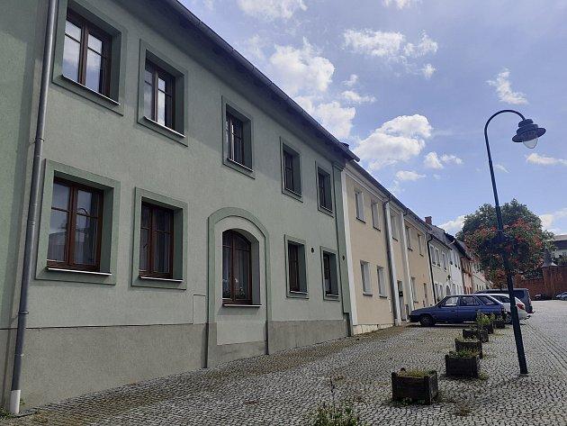 Ulice Městečko uhradeckého zámku.