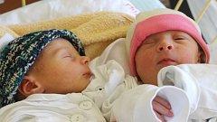 Adéla Miksteinová (vpravo) se narodila 17. července, vážila 2,62 kg a měřila 46 cm. Dvojče Jaroslav vážil 2,32 kg a měřil 44 cm. Rodiče Ivana a Jaroslav z Hradce jim přejí štěstí, zdraví a ať se jim v životě daří. Na miminka se těší bráška David.