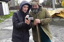 Jakub Močidlan (vlevo) ukazuje, jak se povedly záběry do jeho klipu.