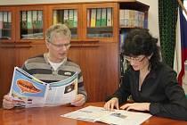 Starosta Bolatic Herbert Pavera a jeho spolupracovnice Janetta Gratzová nad obecním zpravodajem, o jehož vydávání se starají.