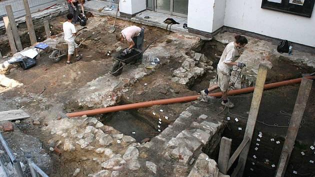 Archeologové u dominikánského kláštera trpělivě odkrývají zem.