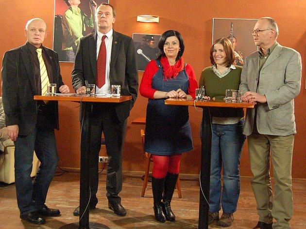 Opavané se sešli v kavárně Evžen, odkud se pomocí televizní techniky spojili s ministrem Eduardem Janotou a živě diskutovali v novém pořadu České televize.