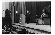 Fotografie z projevu vládního presidenta Hanse Krebse v Opavě v sále U Tří kohoutů, snímek se zřejmě týká kampaně kolem voleb v Sudetské župě 4. prosince 1938.