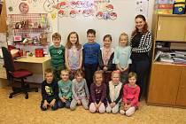 Na fotografii jsou žáci ze Základní a Mateřské školy Suché Lazce, 1. třída