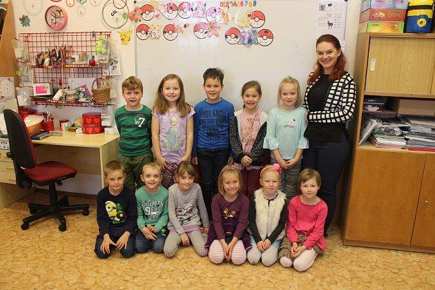 Na fotografii jsou žáci ze Základní a Mateřské školy Suché Lazce, 1.třída