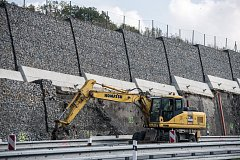 U Hrabyně se 18. září sesunula část gabionové stěny u silnice I/11, fotografie z 25. zaří 2017.