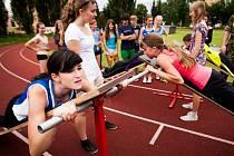 Atletický stadion při Základní škole Englišova hostil krajské kolo OVOV. Na mladé atlety čekalo hned několik disciplín, například hod míčem vzad, přitahování na lavici a samozřejmě běh na několik způsobů.