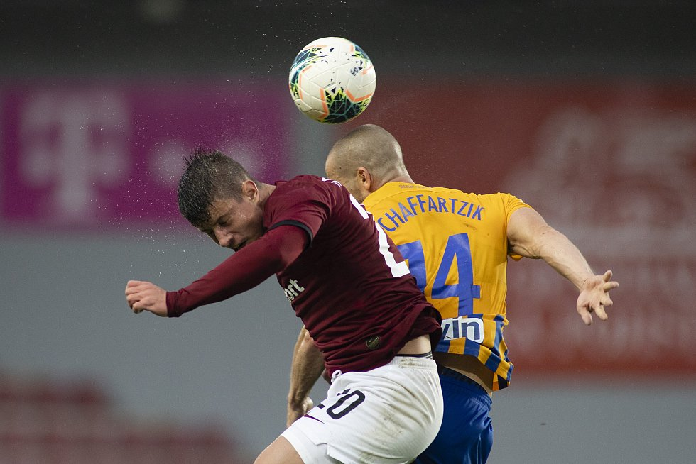 Praha - Zápas 29. kola FORTUNA:LIGY mezi AC Sparta Praha a SFC Opava. Adam Hložek (AC Sparta Praha), Jan Schaffartzik (SFC Opava).