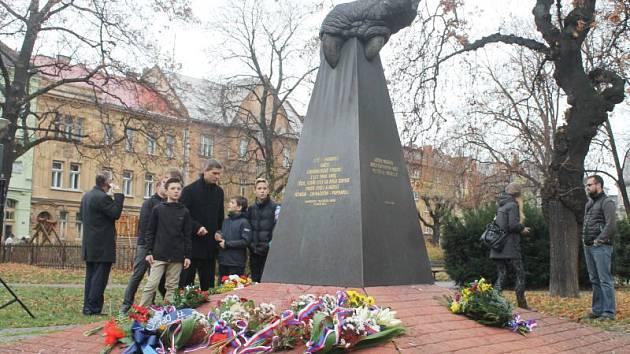 Opavané v úterý dopoledne přišli uctít památku obětem totalitních režimů. Kde jinde než k památníku na náměstí Slezského odboje, který je specifický torzem dračího pařátu.