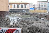 Stavební ruch za opavským zimním stadionem utichl. Předtím, než se zde začne stavět nová tělocvična, musí prostor důkladně prozkoumat archeologové.