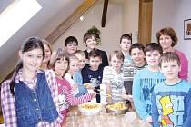 Pátá třída vřesinské základky při středečním projektovém dni s názvem Rostliny. Žáci si v jeho rámci připravovali zdravý zeleninový a ovocný salát.