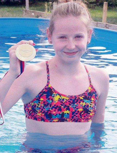 Zuzana Volovecká se zlatou medailí, kterou vybojovala v  ústeckém bazénu.