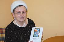 Jana Surovcová se svou sbírkou lyrických básní.