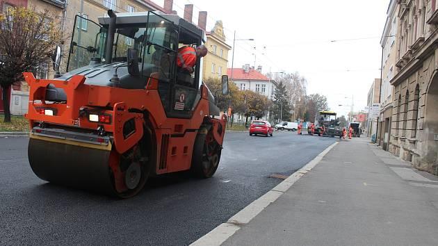 V Krnovské ulici se opět bude pokládat asfalt.