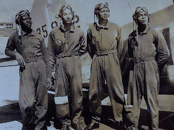 Snímek pochází zroku 1944a zleva zde pózují Hugh J. White, Charles A. Hill, Lincoln T. Hudson a Carl F. Ellis. Vpozadí je vidět letoun AT-6Texan. Foto: