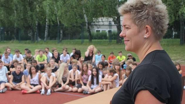 Základní školu Englišova v pondělí dopoledne navštívila atletická hvězda první velikosti – polská kladivářka Anita Wlodarczyková. Ta sem zavítala před úterním závodem, který absolvuje v rámci Zlaté tretry Ostrava.
