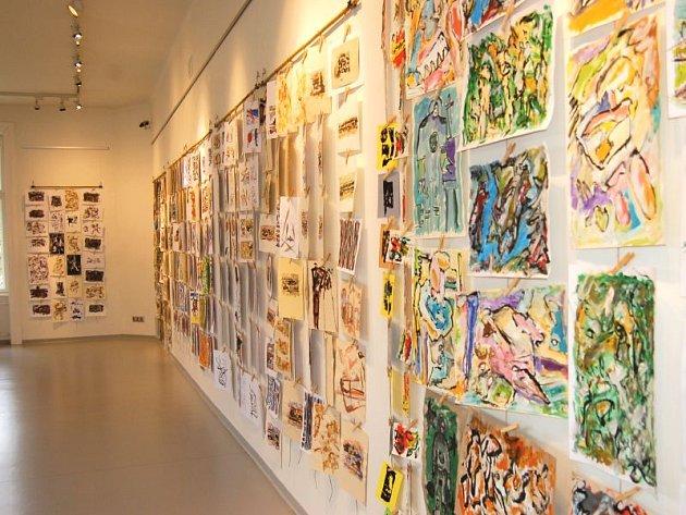 V Obecním domě je k vidění Rozebraná výstava. Z ní si můžete odnést jedno dílo.