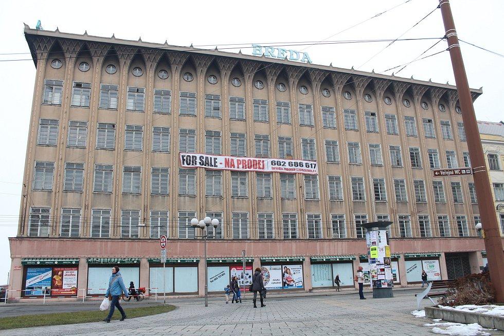 Kolem úterního poledne byl Obchodní dům Breda opatřen plachtou vybízející potenciální zájemce ke koupi. Foto: Deník / Petr Dušek