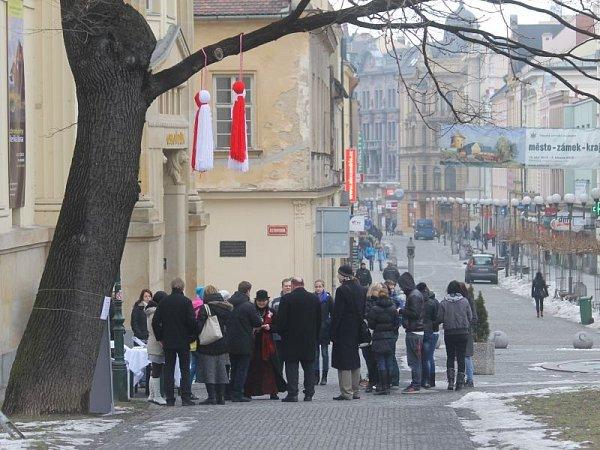 Páteční ráno se před opavským Obecním domem neslo ve slavnostním duchu. Vrámci kampaně byl jeden ze zdejších stromů vyzdoben tradičním balkánským symbolem Martenicou.
