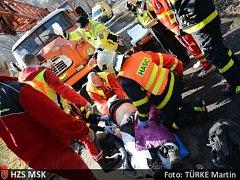 Záchranáři v pátek ráno vyjížděli na silnici spojující Kajlovec s Lesními Albrechticemi. Nedlouho před devátou hodinou totiž obdrželi oznámení o tom, že se zde vážně zranil dělník.