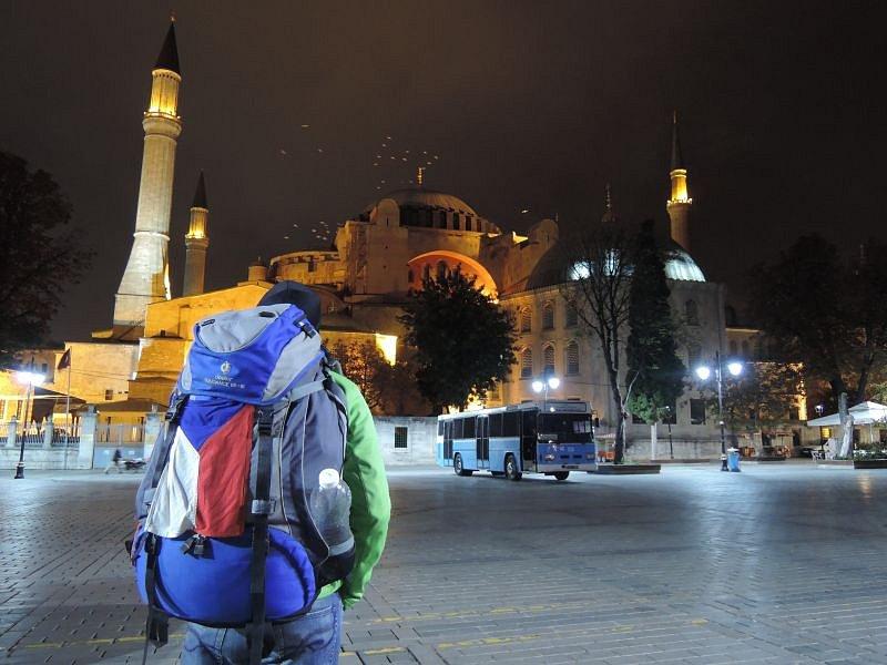 Před Hagia Sophia v tureckém Istanbulu.