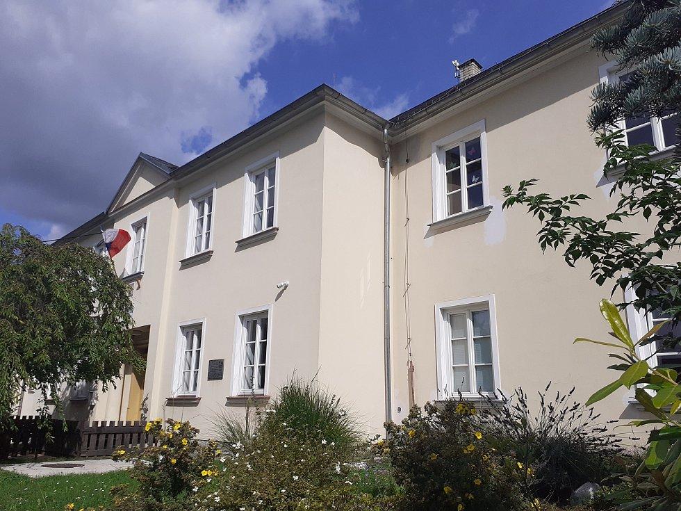 Budova Církevní ZŠ svaté Ludmily v Hradci nad Moravicí.