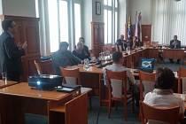 Společná schůzka širšího vedení města a zástupců společnosti Crestyl v zasedací místosti opavské radnice.