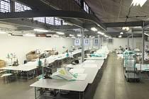 Výrobní šicí dílna v opavské věznici.
