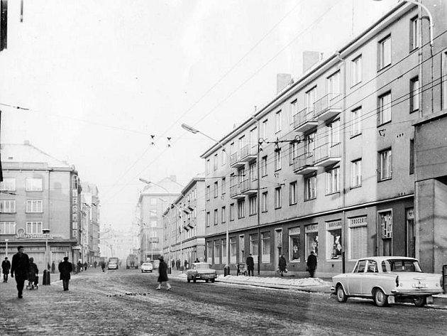 Takto vypadala dnešní Drogerie Klemens v dnešní Hrnčířské ulici, dříve Gottwaldově ulici. Průjezd ulicí je volný, Slezanka zde tehdy ještě nestála. No řekněte, nebyl to hezčí pohled?