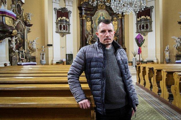 Farář Petr Knapek vkostel ve Velkých Heralticích.