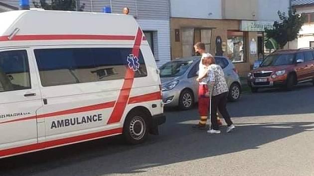 Sanitky i auta mohou parkovat jen na jižní straně Náměstí, kde ale často není místo. V opačném případě riskují pokutu, jenže pro imobilní pacienty jde kolikrát o jediné řešení.