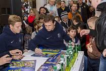 Kalendář hráčů a mládežnických výběrů Slezského FC Opava z dílny fotografa Deníku Františka Gély se povedl. Ve středu proběhl v OC Breda jeho slavnostní křest.