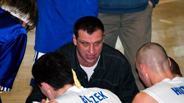 Trenér David Klapetek mezi svými svěřenci.