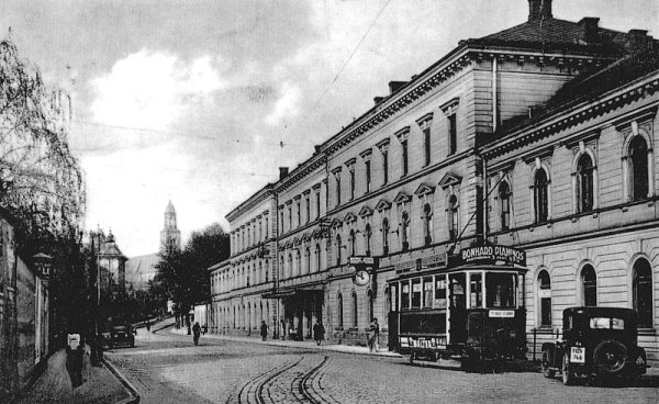 Východní nádraží zpohledu zulice Janské, období první republiky, včetně opavské tramvaje.