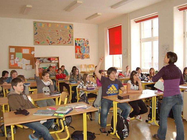 Šesťáci Základní školy Riegrova v Opavě a učitelka češtiny Lucie Tenglerová v hodině literatury.