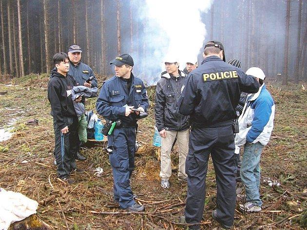 Cizinečtí policisté kontrolují v lese v Kružberku Vietnamce.