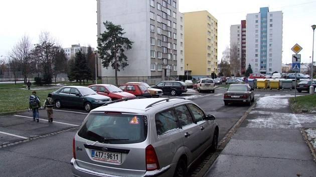 V některých ulicích Kateřinek je běžné parkování jen u jedné strany chodníku.