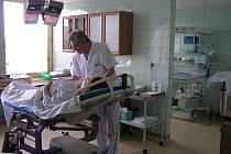 Primář Dőrr vyšetřuje nastávající maminku.
