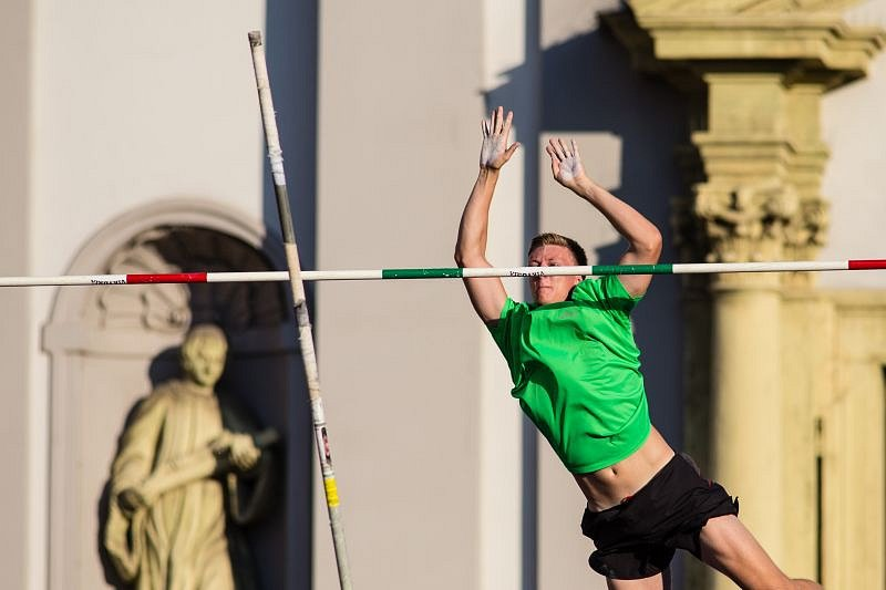 Po roce se na Dolním náměstí v centru Opavy opět rozložil tyčkařský sektor a uskutečnil se zde další ročník Atletického cirkusu.