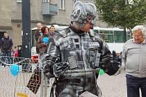 Přišel z budoucnosti a varuje, jak bude vypadat svět v roce 2209. Postava jménem Šrotonátor, která v rámci ekologické mise zavítala také do Opavy, se snaží Opavany přesvědčit, aby nezanedbávali recyklaci.