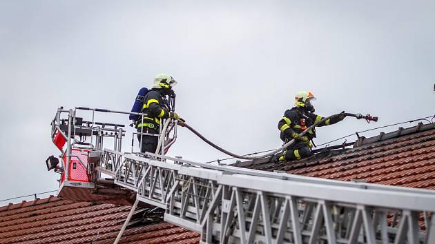 Zásah hasičů u požáru jatek v Melči.