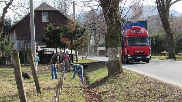 Rodina Pavla Jelínka a další dobrovolníci připravili minulý týden pro žáby záchytný systém.