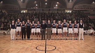 Petr Czudek (sedmý zprava) ve filmu Zlatý podraz, který na podzim letošního roku půjde do kin, ztvárnil kouče italské basketbalové reprezentace.