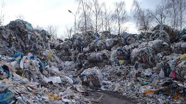 Halda plastu v Bruntále podle odhadů představuje 2500 tun odpadu. Majitel nelegální skládky firma R a V Kov s.r.o. neuposlechla výzvu k odstranění a dostala další pokutu, tentokrát 300 tisíc korun.