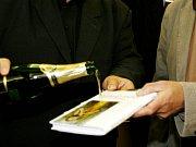 Autorka Irena Eliášová při křtu své knihy.
