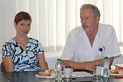 Kvůli nákaze liščí tasemnicí se v pátek konala ve Slezské nemocnici mimořádná tisková konference. Pacientka Vendula Černá a primář infekčního oddělení Slezské nemocnice Petr Kümpel.