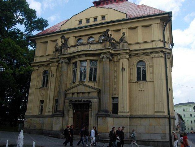 Obecní dům. Známá budova, adaptovaná pro bankovní provoz v roce 1916 architektem Rudolfem Eislerem, se má stát jedním z kulturně–společenských center Opavy.