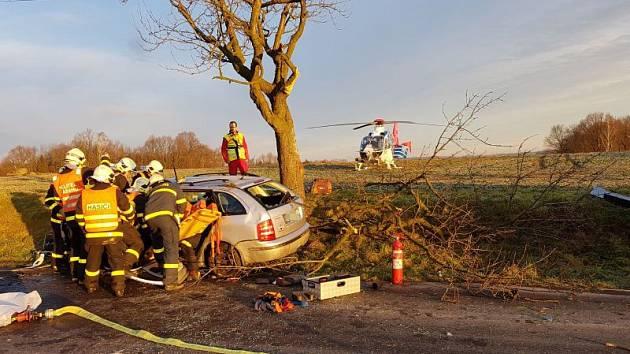 Během středečního rána museli záchranáři vyrazit k Ludgeřovicím nedaleko Hlučína. Před osmou hodinou totiž poblíž obce havarovala čtyřiapadesátiletá řidička.